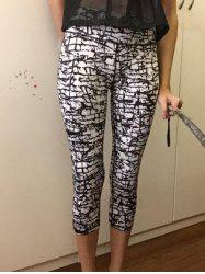 High-Waisted Gym Patterned Cropped Pants - WHITE AND BLACK