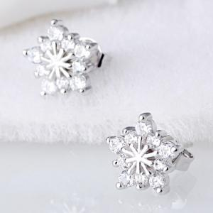 Pair of Snowflake Stud Earrings - SILVER