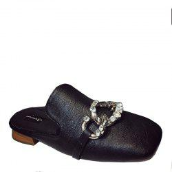 Flat-bottomed Women Wearing Fashionable Slippers -