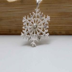 Exquisite Snowflake Diamond-Plated Silver Collarbone Necklace with Small Pendant -